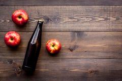 Μηλίτης της Apple Χαμηλός-οινοπνευματώδης beveradge στο σκοτεινό μπουκάλι στο σκοτεινό ξύλινο διάστημα αντιγράφων άποψης υποβάθρο Στοκ Εικόνες