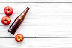 Μηλίτης της Apple Χαμηλός-οινοπνευματώδης beveradge στο σκοτεινό μπουκάλι στο άσπρο ξύλινο διάστημα αντιγράφων άποψης υποβάθρου τ Στοκ φωτογραφία με δικαίωμα ελεύθερης χρήσης