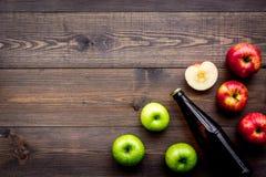 Μηλίτης της Apple Χαμηλός-οινοπνευματώδης beveradge στο σκοτεινό μπουκάλι στο σκοτεινό ξύλινο διάστημα αντιγράφων άποψης υποβάθρο Στοκ εικόνα με δικαίωμα ελεύθερης χρήσης