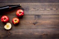 Μηλίτης της Apple Χαμηλός-οινοπνευματώδης beveradge στο σκοτεινό μπουκάλι στο σκοτεινό ξύλινο διάστημα αντιγράφων άποψης υποβάθρο Στοκ φωτογραφία με δικαίωμα ελεύθερης χρήσης