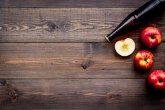 Μηλίτης της Apple Χαμηλός-οινοπνευματώδης beveradge στο σκοτεινό μπουκάλι στο σκοτεινό ξύλινο διάστημα αντιγράφων άποψης υποβάθρο Στοκ εικόνες με δικαίωμα ελεύθερης χρήσης