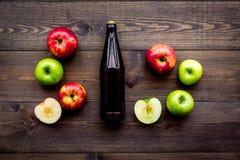 Μηλίτης της Apple Χαμηλός-οινοπνευματώδης beveradge στο σκοτεινό μπουκάλι στη σκοτεινή ξύλινη τοπ άποψη υποβάθρου Στοκ εικόνες με δικαίωμα ελεύθερης χρήσης