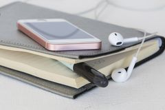 Μηνιαίος αρμόδιος για το σχεδιασμό σημειωματάριων και κινητός για την επιχείρηση Στοκ Εικόνα