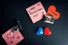 Μηνύματα αγάπης που συνδέονται με μια μαύρη πόρτα ψυγείων στοκ φωτογραφία με δικαίωμα ελεύθερης χρήσης