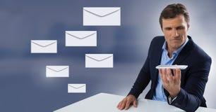 Μηνύματα και άτομο επιστολών φακέλων που χρησιμοποιούν το τηλέφωνο Στοκ φωτογραφίες με δικαίωμα ελεύθερης χρήσης