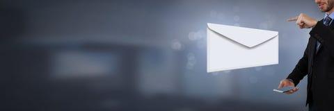 Μηνύματα και άτομο επιστολών φακέλων που χρησιμοποιούν το τηλέφωνο Στοκ εικόνα με δικαίωμα ελεύθερης χρήσης