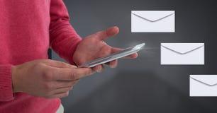 Μηνύματα και χέρια επιστολών φακέλων που χρησιμοποιούν την ταμπλέτα Στοκ εικόνες με δικαίωμα ελεύθερης χρήσης