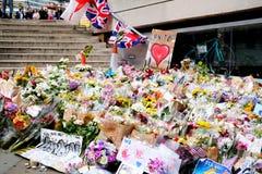 Μηνύματα και floral φόροι στα θύματα των τρομοκρατικών επιθέσεων γεφυρών του Λονδίνου Στοκ εικόνες με δικαίωμα ελεύθερης χρήσης