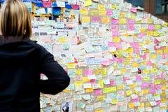 Μηνύματα και floral φόροι στα θύματα των τρομοκρατικών επιθέσεων γεφυρών του Λονδίνου Στοκ Εικόνα
