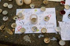Μηνύματα, κεριά και λουλούδια στο μνημείο για τα θύματα Στοκ εικόνα με δικαίωμα ελεύθερης χρήσης