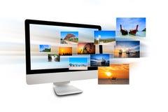 Μηνύτορας του υπολογιστή με τις φωτογραφίες ταξιδιού Στοκ Φωτογραφίες