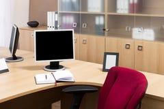 Μηνύτορες σε ένα σύγχρονο γραφείο Στοκ εικόνες με δικαίωμα ελεύθερης χρήσης