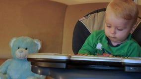 9 μηνών μωρών που προσπαθούν να παίξει στο ηλεκτρικό ομαλό ζουμ πιάνων απόθεμα βίντεο