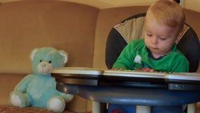 9 μηνών μωρών που προσπαθούν να παίξει στο ηλεκτρικό ομαλό ζουμ πιάνων φιλμ μικρού μήκους