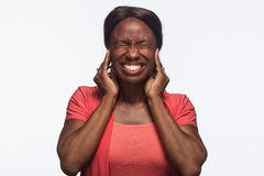 Μην ακούστε καμία κακή, νέα γυναίκα αφροαμερικάνων - οριζόντια στοκ εικόνα