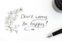μην ανησυχήστε Να είστε ευτυχής! με το στυλό πηγών και το μελάνι Στοκ Φωτογραφία