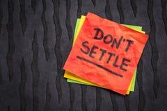 Μην εγκαταστήστε την υπενθύμιση στην κολλώδη σημείωση Στοκ φωτογραφία με δικαίωμα ελεύθερης χρήσης