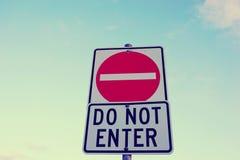 Μην εισάγετε το σημάδι στο υπόβαθρο μπλε ουρανού Στοκ εικόνα με δικαίωμα ελεύθερης χρήσης