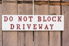 Μην εμποδίστε driveway το σημάδι στοκ φωτογραφία με δικαίωμα ελεύθερης χρήσης