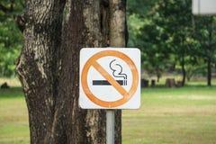 Μην επιτρέψτε να καπνίσει εδώ το σημάδι στο πάρκο Στοκ εικόνα με δικαίωμα ελεύθερης χρήσης