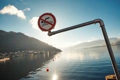 Μην κολυμπήστε το χειμώνα στην Αυστρία με μια άποψη των βουνών και της λίμνης στοκ εικόνα με δικαίωμα ελεύθερης χρήσης