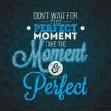 Μην περιμένετε την τέλεια στιγμή, μην πάρτε τη στιγμή και την κάνετε το τέλειο απόσπασμα έμπνευσης στο αφηρημένο σκοτεινό υπόβαθρ Στοκ Φωτογραφίες