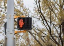Μην περπατήστε το ηλεκτρικό σημάδι στην πόλη στοκ εικόνα με δικαίωμα ελεύθερης χρήσης