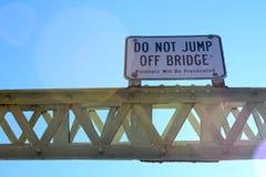 Μην πηδήστε μακριά του σημαδιού γεφυρών Στοκ εικόνες με δικαίωμα ελεύθερης χρήσης