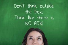 Μην σκεφτείτε έξω από το κιβώτιο, να σκεφτεί όπως δεν υπάρχει κανένα κιβώτιο, παρακινώντας την επιχειρησιακή φράση στοκ εικόνες