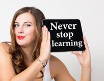 Μην σταματήστε ποτέ την εκμάθηση που γράφεται στην εικονική οθόνη Τεχνολογία, Διαδίκτυο και έννοια δικτύωσης όμορφη γυναίκα με γυ Στοκ Εικόνα