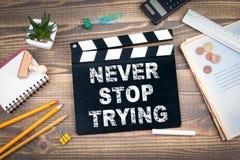 Μην σταματήστε ποτέ clapper κινηματογράφων σε ένα ξύλινο γραφείο στοκ φωτογραφία με δικαίωμα ελεύθερης χρήσης