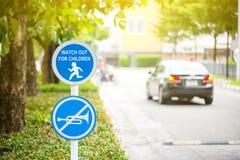 Μην χρησιμοποιήστε το ραβδί σημαδιών κέρατων οχημάτων στο δέντρο Χωρισμός σιωπής Προσέξτε το οδικό σημάδι παιδιών Παρακαλώ αργός στοκ εικόνες με δικαίωμα ελεύθερης χρήσης