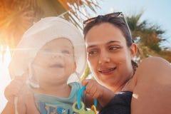μητέρα αγοριών παραλιών μωρώ&n Στοκ φωτογραφία με δικαίωμα ελεύθερης χρήσης