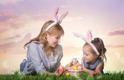 μητέρα αυγών Πάσχας κορών Στοκ Φωτογραφία