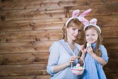 μητέρα αυγών Πάσχας κορών Στοκ Εικόνα