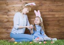 μητέρα αυγών Πάσχας κορών Στοκ εικόνα με δικαίωμα ελεύθερης χρήσης