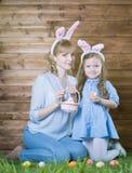 μητέρα αυγών Πάσχας κορών Στοκ φωτογραφία με δικαίωμα ελεύθερης χρήσης