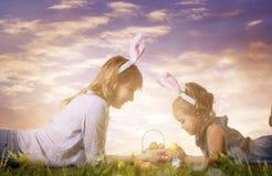 μητέρα αυγών Πάσχας κορών Στοκ εικόνες με δικαίωμα ελεύθερης χρήσης