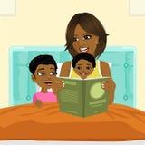 Μητέρα αφροαμερικάνων που διαβάζει ένα βιβλίο στο γιο και στην κόρη στο κρεβάτι πρίν πηγαίνει στον ύπνο διανυσματική απεικόνιση