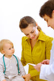 μητέρα γιατρών μωρών παιδιατρική Στοκ Εικόνες