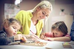 Μητέρα δημιουργικότητας με τις κόρες Στοκ Φωτογραφίες