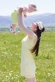 Μητέρα ζεύγους και το μωρό της στο camomile λιβάδι Στοκ εικόνα με δικαίωμα ελεύθερης χρήσης