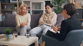 Μητέρα και έφηβος γιος που διοργανώνουν τις διαβουλεύσεις με τον ψυχοθεραπευτή στην αρχή απόθεμα βίντεο