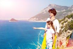 Μητέρα και λίγη κόρη που αγνοούν θαλάσσιο να λάμψει ήλιων άποψης Στοκ φωτογραφία με δικαίωμα ελεύθερης χρήσης