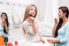 Μητέρα και λίγη κόρη που ισχύουν makeup Στοκ Εικόνες