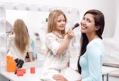Μητέρα και λίγη κόρη που ισχύουν makeup Στοκ Φωτογραφία