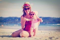 Μητέρα και λίγη κόρη στην τροπική παραλία Στοκ Φωτογραφίες