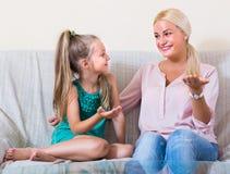 Μητέρα και λίγη κόρη στο εσωτερικό Στοκ φωτογραφίες με δικαίωμα ελεύθερης χρήσης