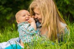 Μητέρα και αγοράκι που χαμογελούν υπαίθρια στοκ φωτογραφίες με δικαίωμα ελεύθερης χρήσης