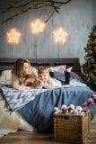 Μητέρα και αγοράκι στο νέο υπόβαθρο έτους στοκ φωτογραφίες